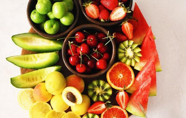 چگونه یک سینی میوه تابستانه زیبا آماده کنید؟